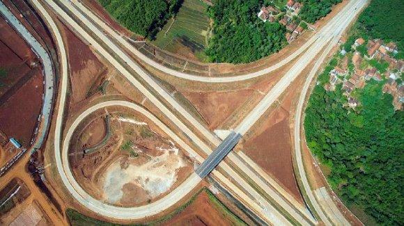 Foto aerial yang diambil dengan menggunakan drone menunjukkan simpang susun Kalijati, Kabupaten Subang, yang merupakan bagian dari Jalan Tol Cikopo-Palimanan, Sabtu (6/6). Tol Cikopo-Palimanan merupakan jalan tol terpanjang di Indonesia, mencapai 116,75 kilometer.